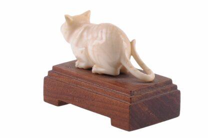 Elfenbein Katze auf Holzsockel 1