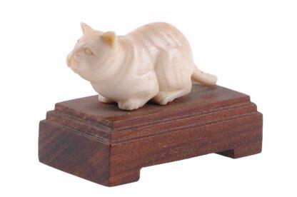 Elfenbein Katze auf Holzsockel 4